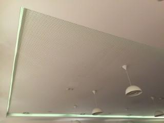 Abgehängte GK Decke/Lochdecke in einem Restaurant mit LED-Beleuchtung