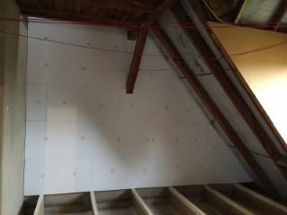 Giebelwand im Obergeschoss mit Dämmplatten WLG 035 gedämmt