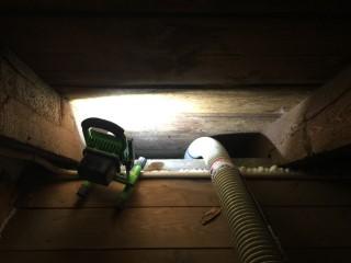 Zellulose-Einblasdämmung beim Verfüllen der Dachschräge