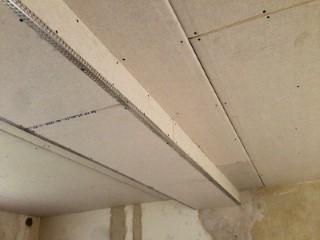 Fertig abgehängte GK-Decke mit Abkastung für Leitungen, Kabel und Rohre