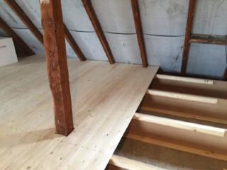 Holzkonstruktion für die Zellulosedämmung mit Rauhspundbrettern geschalt
